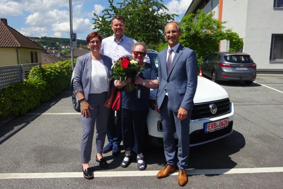 """""""Ich wollte doch nur sparen"""" – Glückliche Gewinnerin erhält einen nagelneuen VW T-Roc  aus dem PS-Los-Sparen"""