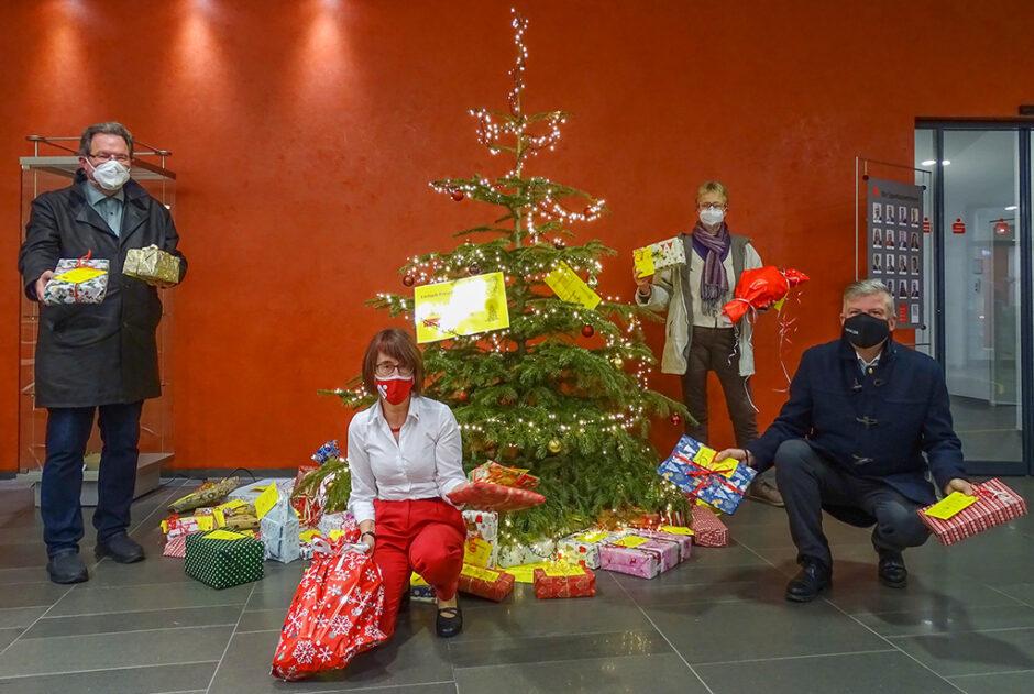 Einfach Freude schenken- Rotary und Sparkasse übergeben Geschenke an das Frauenhaus